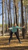 Kvinna livsstil, natur, övning, ny luft som är utomhus- arkivbilder
