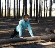 Kvinna livsstil, natur, övning, ny luft som är utomhus- fotografering för bildbyråer