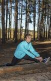 Kvinna livsstil, natur, övning, ny luft som är utomhus- royaltyfri fotografi