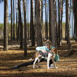 Kvinna livsstil, natur, hund, ny luft som är utomhus- royaltyfria foton