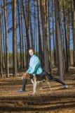 Kvinna livsstil, natur, hund, ny luft som är utomhus- arkivfoton