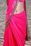 Kvinna magesmycken i Sari Royaltyfri Bild