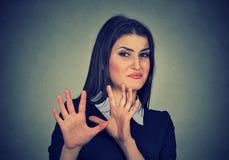 Kvinna med äcklat uttryck som gör undanflykter något royaltyfri fotografi