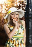 Kvinna med äpplet i parkera Arkivfoto
