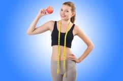 Kvinna med äpplet som gör övningar Royaltyfri Fotografi
