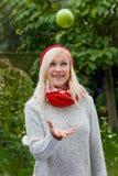 Kvinna med äpplet. vitaminer i höst Fotografering för Bildbyråer