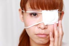 Kvinna med ögonlappen Fotografering för Bildbyråer
