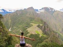 Kvinna med öppna armar upptill av det Wayna Picchu berget i Machu Picchu Fotografering för Bildbyråer