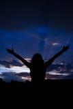 Kvinna med öppna händer till oklarhetsskyen Arkivfoton