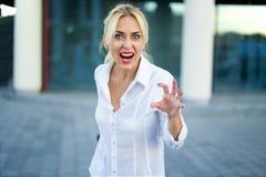 Kvinna med överraskningsinnesrörelser fotografering för bildbyråer