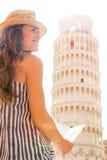Kvinna med översikten som är främst av lutande torn av pisa Arkivbilder