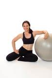 Kvinna med övningsbollen Royaltyfria Bilder