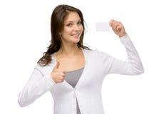 Kvinna med affärskortet som tummar upp arkivfoton