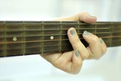 Kvinna med akustisk gitarr 2 Arkivfoton