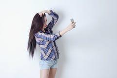 Kvinna med andframsidan som tar selfie med hennes smartphone Arkivfoton