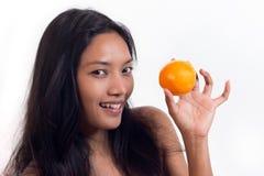 Kvinna med apelsinen arkivfoton