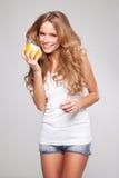 Kvinna med apelsinen Royaltyfri Bild