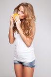 Kvinna med apelsinen Fotografering för Bildbyråer
