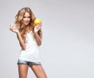 Kvinna med apelsinen Royaltyfri Fotografi