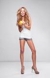Kvinna med apelsinen Royaltyfria Bilder