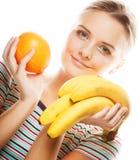 Kvinna med apelsinen och bananen Fotografering för Bildbyråer