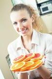 Kvinna med apelsiner och grapefrukter arkivbilder