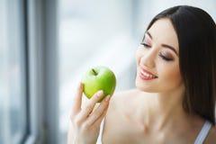 Kvinna med Apple Härlig flicka med det vita leendet, sunda tänder Arkivfoto