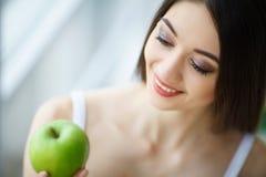 Kvinna med Apple Härlig flicka med det vita leendet, sunda tänder Royaltyfria Foton