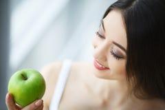 Kvinna med Apple Härlig flicka med det vita leendet, sunda tänder Royaltyfria Bilder