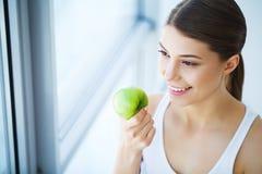 Kvinna med Apple Härlig flicka med det vita leendet, sunda tänder Arkivbild