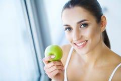 Kvinna med Apple Härlig flicka med det vita leendet, sunda tänder Royaltyfri Foto