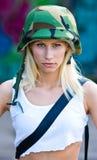Kvinna med arméhjälmen Royaltyfri Bild