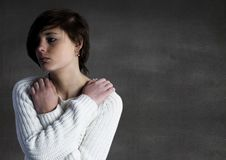Kvinna med armar som korsas mot den gråa väggen Royaltyfri Fotografi