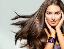 Kvinna med att blåsa hår arkivbild