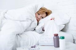 kvinna med att nysa näsan genom att använda silkespappret på viruset för influensa för sänglidande som den kalla har mediciner Royaltyfri Fotografi