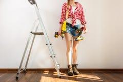 Kvinna med att reparera hjälpmedel och stegen arkivfoto