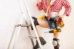 Kvinna med att reparera hjälpmedel och stegen fotografering för bildbyråer