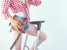 Kvinna med att reparera hjälpmedel och stegen arkivfoton