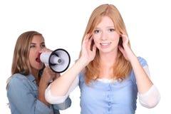Kvinna med att ropa för megafon Fotografering för Bildbyråer