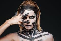 Kvinna med att skrämma halloween makeup arkivfoto