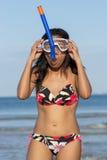 Kvinna med att snorkla kugghjulet Royaltyfria Bilder
