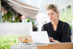 Kvinna med bärbar dator royaltyfri bild
