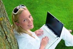 Kvinna med bärbar datordatoren Arkivbild