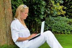 Kvinna med bärbar datordatoren royaltyfria bilder