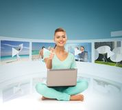 Kvinna med bärbar datorPC och faktiska skärmar Fotografering för Bildbyråer