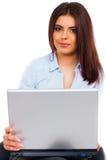 Kvinna med bärbara datorn Arkivfoto