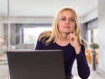 Kvinna med bärbara datorn Arkivbilder
