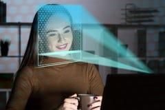 Kvinna med bärbara datorn, framsidaerkännande arkivbilder