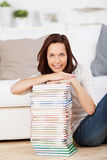 Kvinna med böcker Royaltyfri Foto