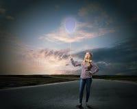 Kvinna med ballongen Royaltyfria Bilder